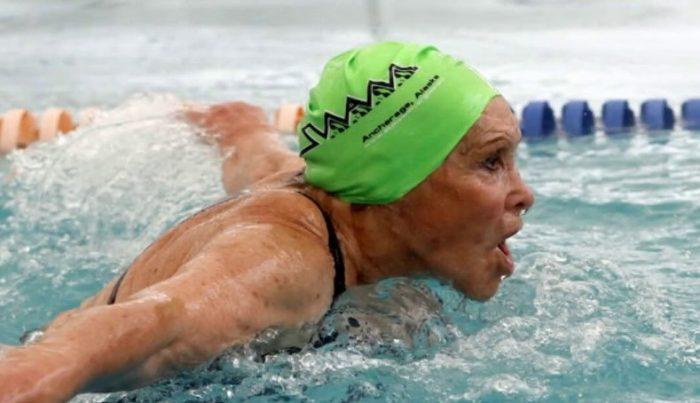 """""""Piscina Eliana Busch Herrera"""": el homenaje a la nadadora y campeona nacional de 84 años"""