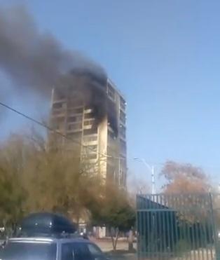 Pánico en Recoleta: Bomberos logró controlar incendio que se inició en el piso 11 de un edificio