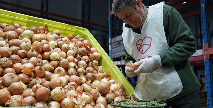 La red solidaria que rescata alimentos y bienes de primera necesidad en Chile