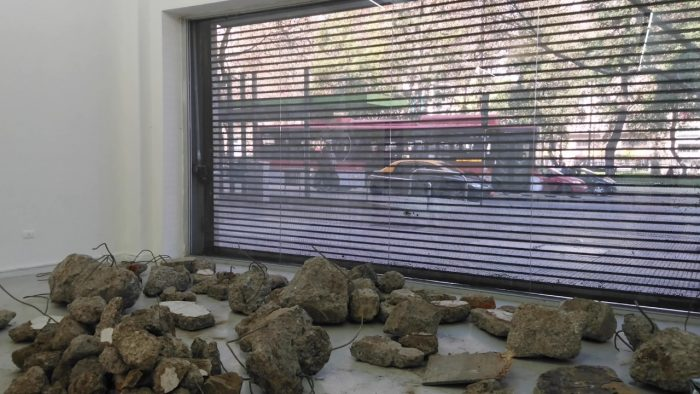 Los escombros de Bajos de Mena y Villa San Luis reviven en exposición de Galería Gabriela Mistral