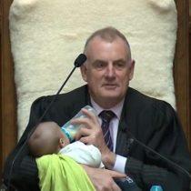Presidente del Parlamento de Nueva Zelanda cuida a bebé de un diputado en plena sesión