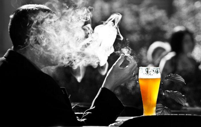 España propone endurecer leyesque regulan elconsumo de alcohol y tabaco, ¿qué pasa con Chile?