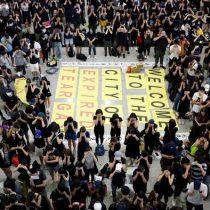 Aeropuerto de Hong Kong cancela sus vuelos ante protesta de más de 5.000 manifestantes
