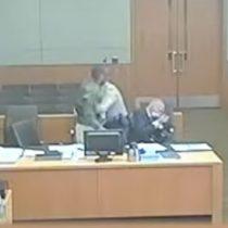 Hombre golpea a su abogado defensor en pleno juicio en Estados Unidos