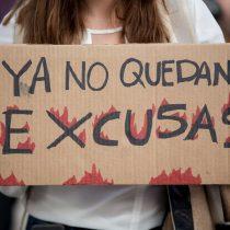 Manifestantes alzan la voz contra Bolsonaro en la embajada de Brasil en Chile por incendio en la Amazonía