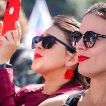 Prensa internacional se sorprende cómo la dupla Camila Vallejo-Karol Cariola le marca la agenda a Piñera