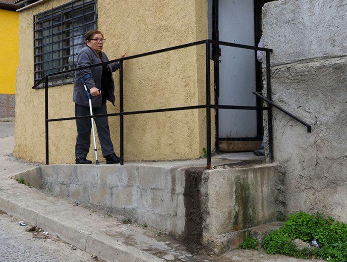 Sólo pasa en Chile: vecina de Viña del Mar queda con arresto domiciliario por construir rampa afuera de su casa