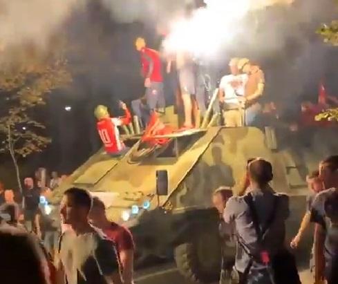 De no creer: hinchas del Estrella Roja celebran clasificación a la Champions League en tanque de guerra