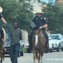 La polémica foto de dos policías a caballo en Texas que llevaban a un hombre negro esposado y con una cuerda