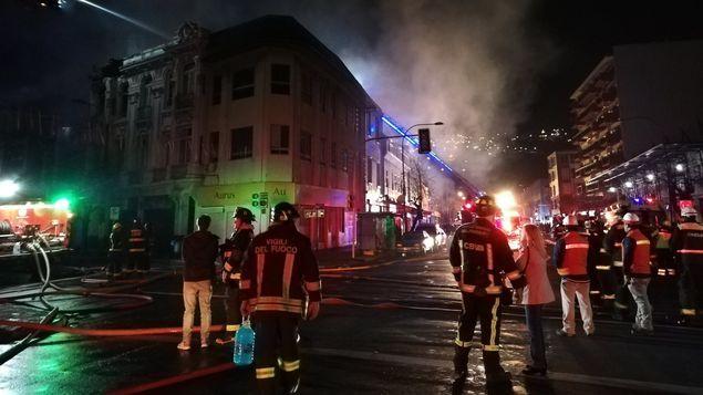 Incendio afecta a unos 20 locales en Valparaíso y deja varios damnificados