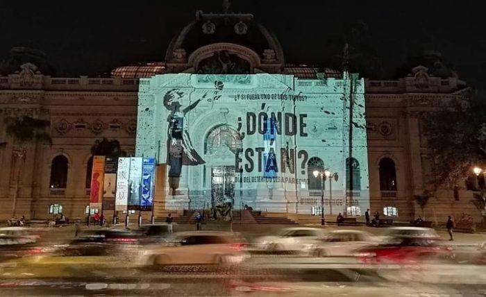 INDH conmemoró Día del Detenido Desaparecido con proyección en el Frontis del Museo de Bellas Artes