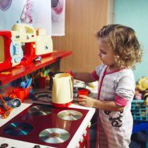"""""""Esto no es un juego"""": el 72% de los juguetes para niñas son de labores domésticas y belleza"""