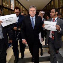 La protesta que sorprendió al ministro Espina en el Congreso por escuchas a periodistas