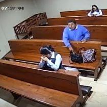 Insólito: hombre roba celular a mujer que rezaba en iglesia ecuatoriana