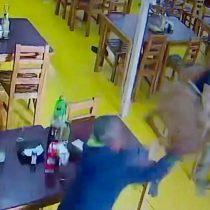A lo WWE: Trabajadores de restaurante repelen asalto a punta de silletazos