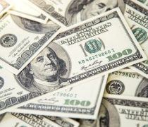 Fuga de efectivos: cantidad de dólares en Argentina cae pese a controles de capital