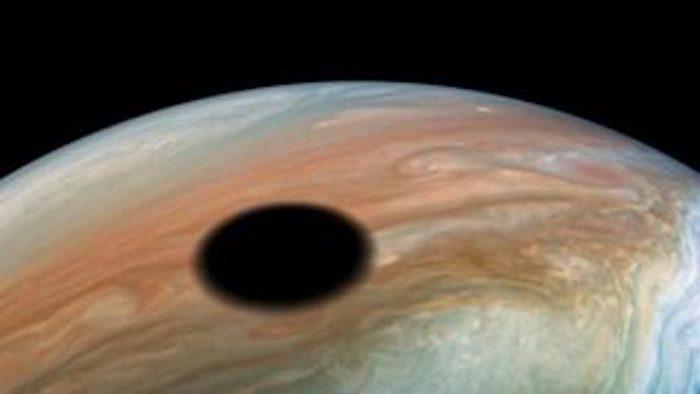 Las espectaculares imágenes de un eclipse solar visto sobre Júpiter