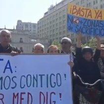 """""""¡Greta estamos contigo!"""": adultos mayores protestan frente a La Moneda respaldando al movimiento medioambientalista"""