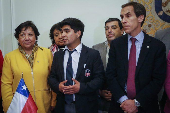 Alessandri y centro de estudiantes del Instituto Nacional firman acuerdo para solucionar la situación del establecimiento