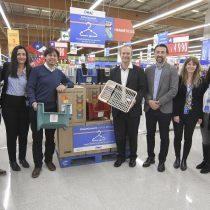 Lanzan innovadora iniciativa para reciclar ganchos de ropa de supermercados