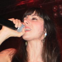 Mala Rodríguez desafía al talento local a rapear en plena Plaza Italia