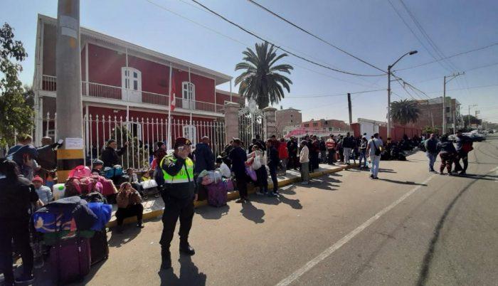 Desalojan a venezolanos que acampaban afuera del consulado de Chile en Tacna