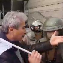 """""""¡No me empuje!"""": Mario Aguilar denuncia represión de Carabineros en medio de la protesta nacional"""