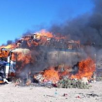 Militares bolivianos queman vehículos en la frontera de Chile y Perú para desincentivar el contrabando