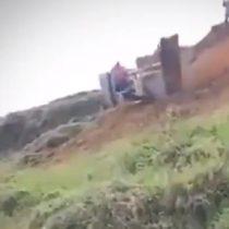 Se salvó de milagro: operario de bulldozer escapa justo cuando caía a un barranco