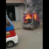 Una multitud de personas quemó mototaxi de ladrones frente a una comisaría en Perú