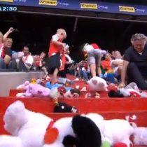 Valorable gesto: hinchas rivales sorprenden con lluvia de peluches a niños enfermos en el fútbol holandés