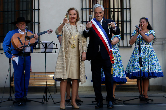 Piñera da inicio a las Fiestas Patrias desde La Moneda y llama a romper