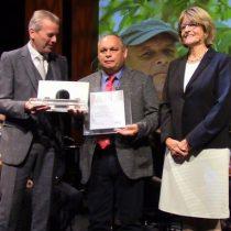 Lucha por el agua: chileno que denuncia el impacto de la industria de la palta fue premiado en Alemania