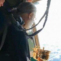 El SuperTanker de Dios: sacerdotes lanzan desde un avión agua bendita en pueblo ruso para salvarlos de la