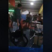 Registran violenta pelea a sillazos y patadas en fonda de Frutillar