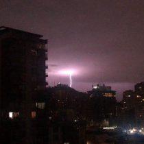 Movida noche: Tormenta eléctrica, lluvias y granizos despiertan a santiaguinos