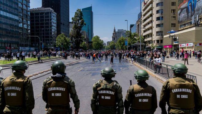 """Académicos del extranjero condenan actuar del Gobierno: """"Exigimos a Piñera el cese inmediato de la represión"""""""