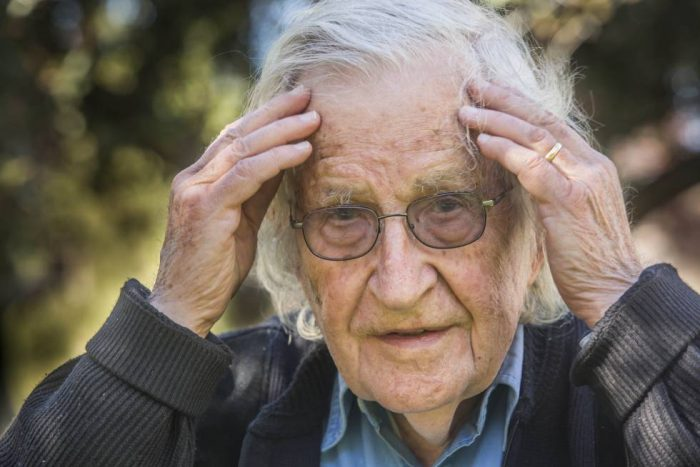 Noam Chomsky y la semana negra de octubre: «No me sorprende para nada lo que ocurre en Chile»