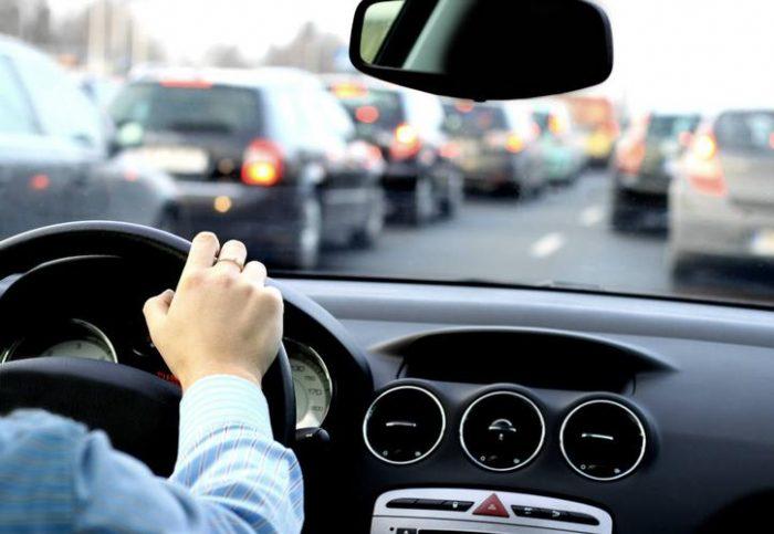 Más allá del celular: cuáles son los principales peligros de distracción de manejo