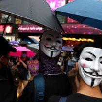 Hongkoneses desafían a la nueva ley y salen a la calle con máscaras