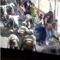 Cámara de seguridad capta brutal agresión de carabineros tras saqueo en Valparaíso