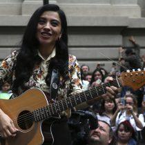 """Mon Laferte y su homenaje a Violeta Parra: """"Necesitamos justicia y paz"""""""