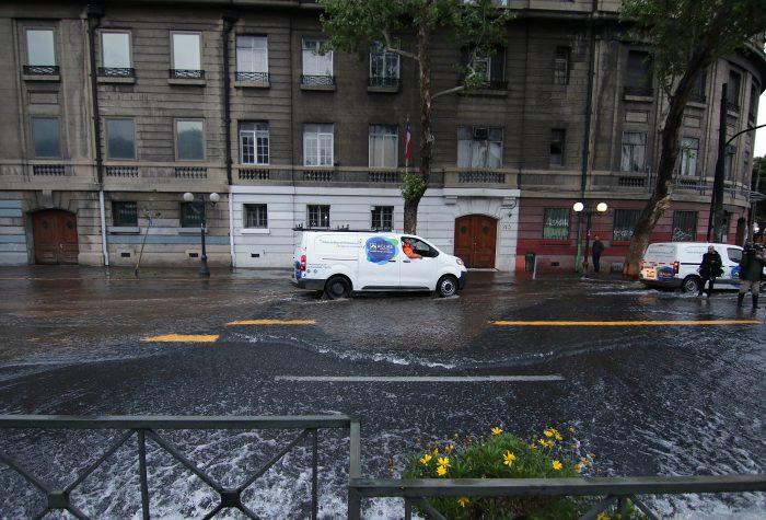 Otra vez Aguas Andinas: autoridades emplazan a la sanitaria por rotura de matriz en Providencia
