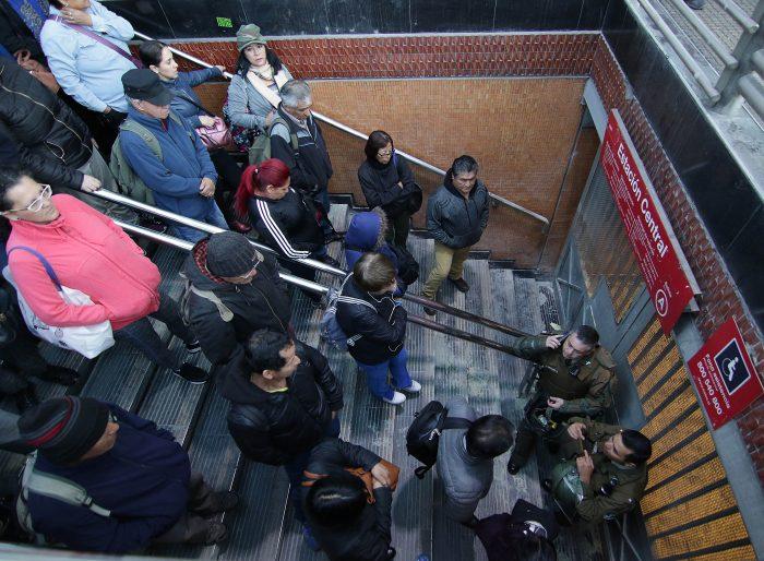 Las primeras horas del regreso del Metro de Santiago: sólo la Línea 1 disponible y sindicato llama a no trabajar
