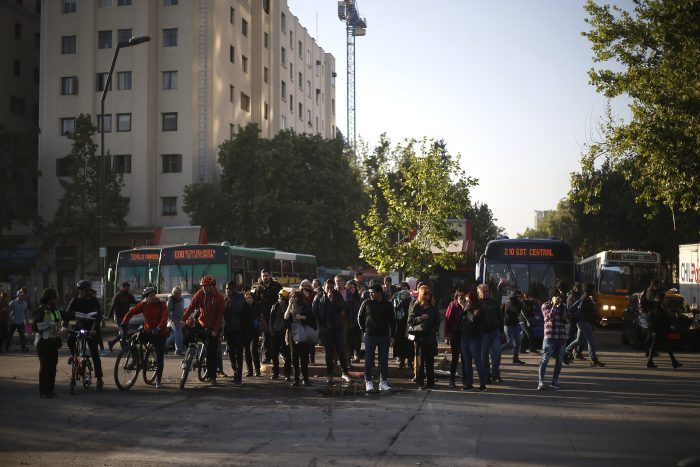 Situación actual en el centro de Santiago: militares en la calle y cientos de personas manifestándose