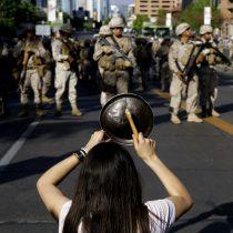 Mano dura: militares dispersan a manifestantes en Apoquindo y agreden a la prensa