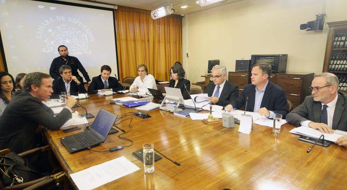 En la Cámara escucharon los cacerolazos: Comisión aprueba rebaja de la dieta parlamentaria