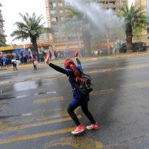 Educadoras de párvulos y gremios de la salud marchan en la Alameda