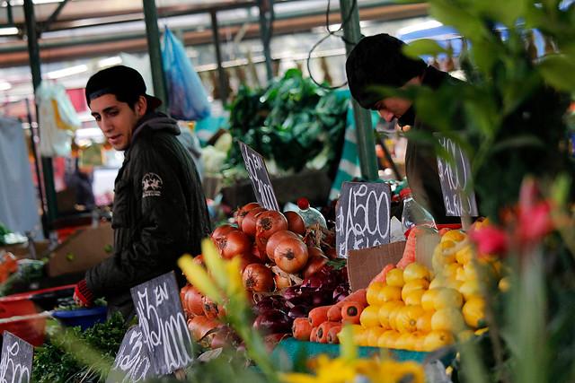 Solo en la Región Metropolitana: Defensa Nacional firma decreto que permite a comerciantes circular durante el toque de queda