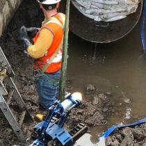 Aguas Andinas extrae cañería dañada en Providencia y comienza instalación de reemplazo